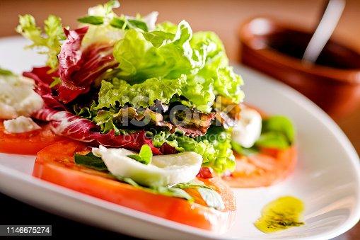 Saladas, alfce, buffet de saladas, azeitonas em fundo branco e fundo de madeira