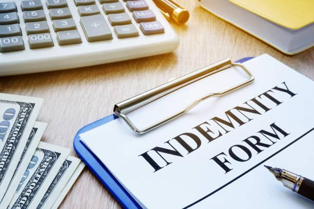 forma de indemnización, la pluma y el dinero. concepto de seguro. - indemnización compensación fotografías e imágenes de stock