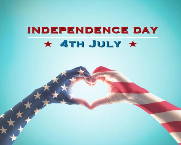 bağımsızlık günü 4 temmuz amerika birleşik devletleri ile abd bayrak deseni insanlar eller üzerinde mavi gökyüzü arka planda izole kalp şekli - happy 4th of july stok fotoğraflar ve resimler
