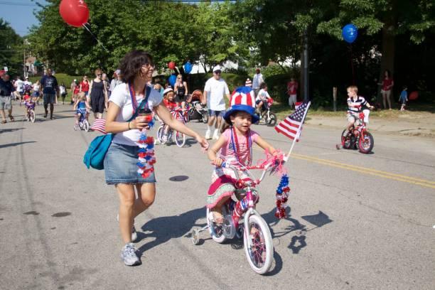 bağımsızlık günü bisiklet parade dekore edilmiştir. - geçit töreni stok fotoğraflar ve resimler