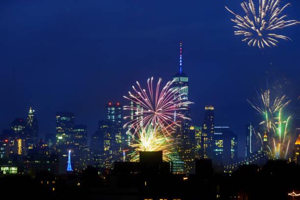 new york city - 4. juli: unabhängigkeitstag feuerwerk über der skyline von manhattan am 4. juli, - new york new year stock-fotos und bilder