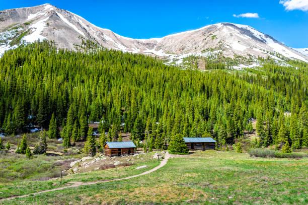 bağımsızlık pass yeşil çam ağaçları ve kar dağ zirveleri ile colorado white river ulusal ormanı'nda madencilik şehir binaları - independence day stok fotoğraflar ve resimler