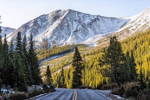 bağımsızlık pass kar kayalık dağ manzarası ve yeşil sonbahar kış aspen yakın sabah gündoğumu, colorado yol doğal byway - independence day stok fotoğraflar ve resimler