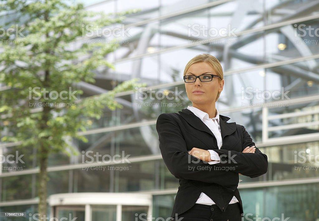 Independent mujer de negocios de pie al aire libre foto de stock libre de derechos