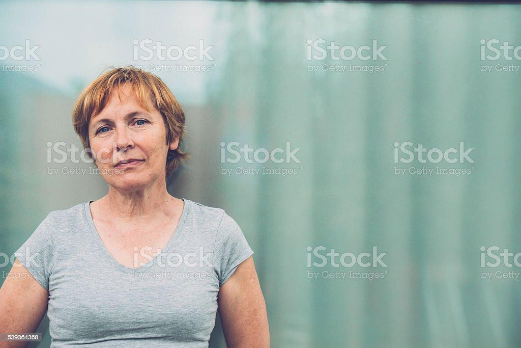 Independent Femme âgée avec cheveux courts portrait en plein air - Photo