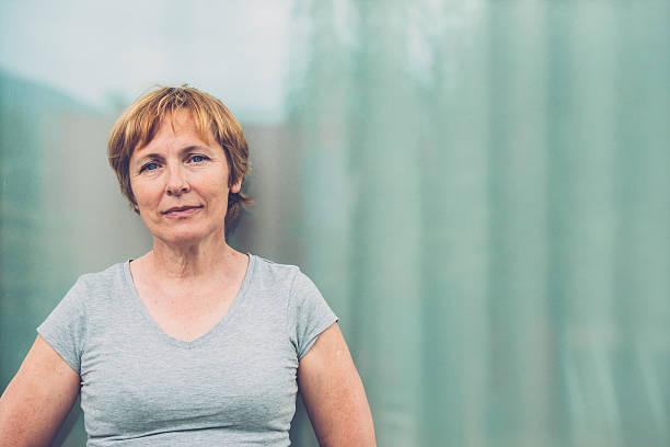 独立した年配の女性、ショートヘア屋外ポートレート - 東ヨーロッパ ストックフォトと画像