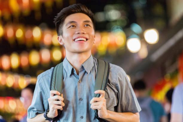 独立した若い男は、シンガポールの夜の生活を探る - 東洋民族 ストックフォトと画像