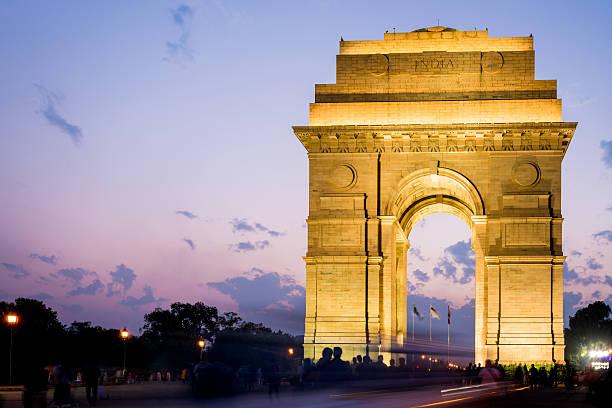 india gate at night new delhi - mumbai stockfoto's en -beelden