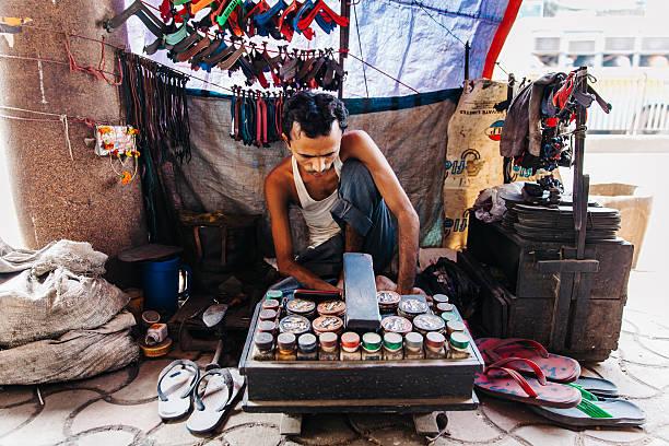 indien:  kolkata schuh reparieren stand - flip flops reparieren stock-fotos und bilder