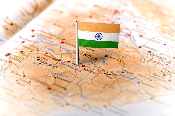 india pinned on the map with flag - épingler photos et images de collection