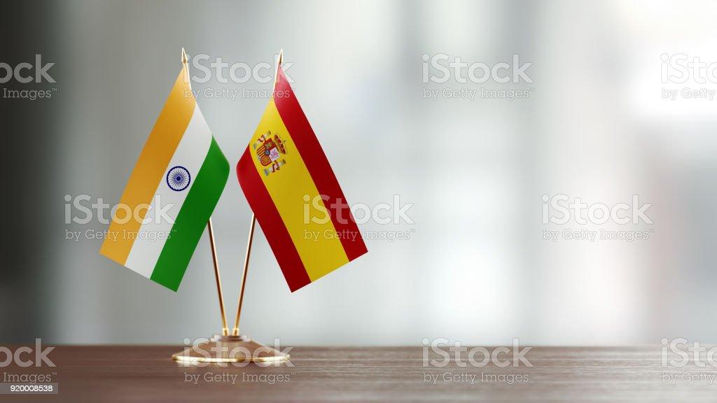 Paire de drapeau indien et espagnol sur un bureau sur fond