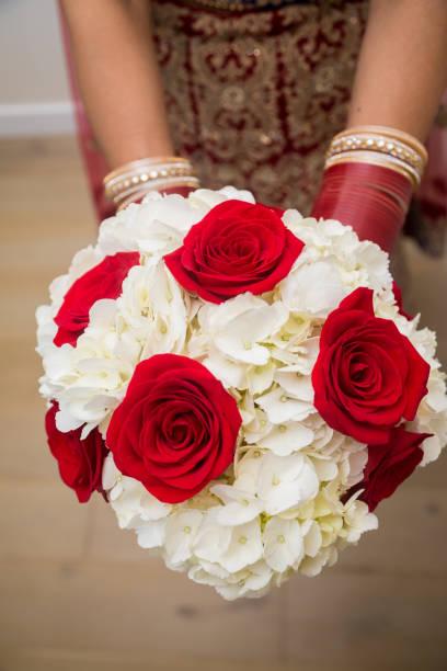 indische braut hält bukett von rosen und hortensien. - canda armband stock-fotos und bilder