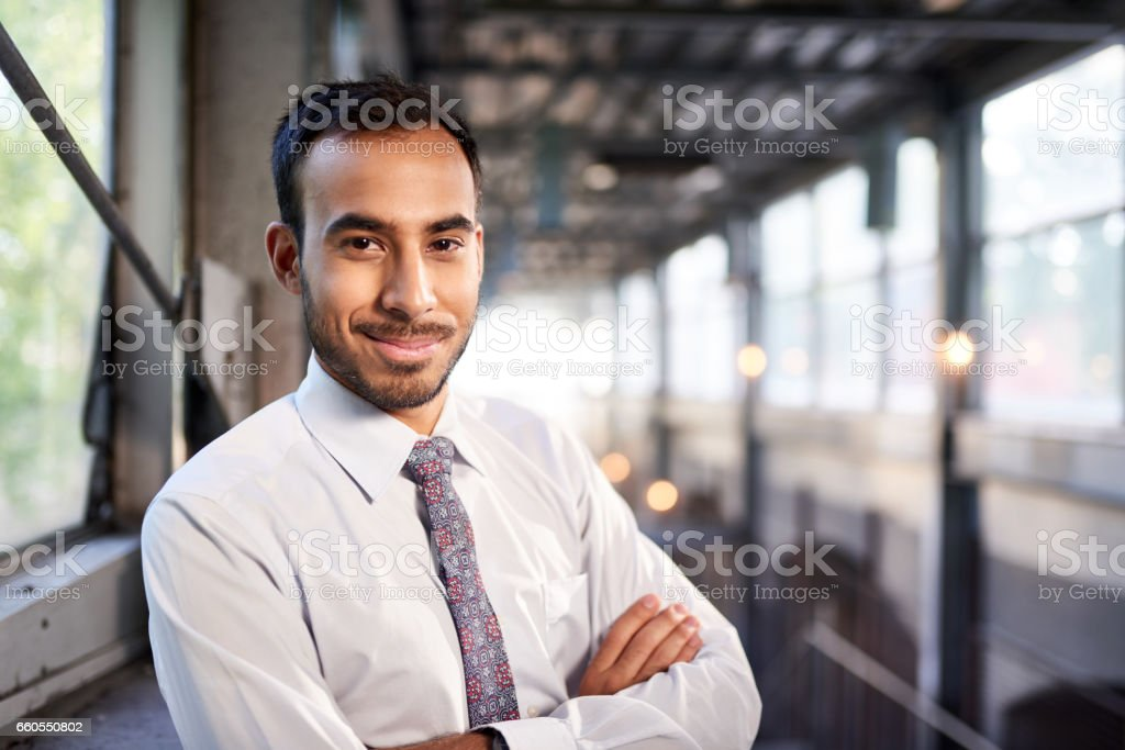 Indian businessman smiling confidently with cityscape background – Foto