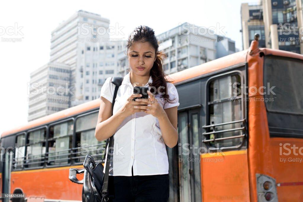 Indische geschäftsfrau mit Telefon für unterwegs – Foto