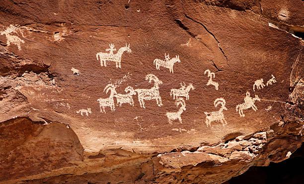 indian cave painting petroglyph - mağara resmi stok fotoğraflar ve resimler