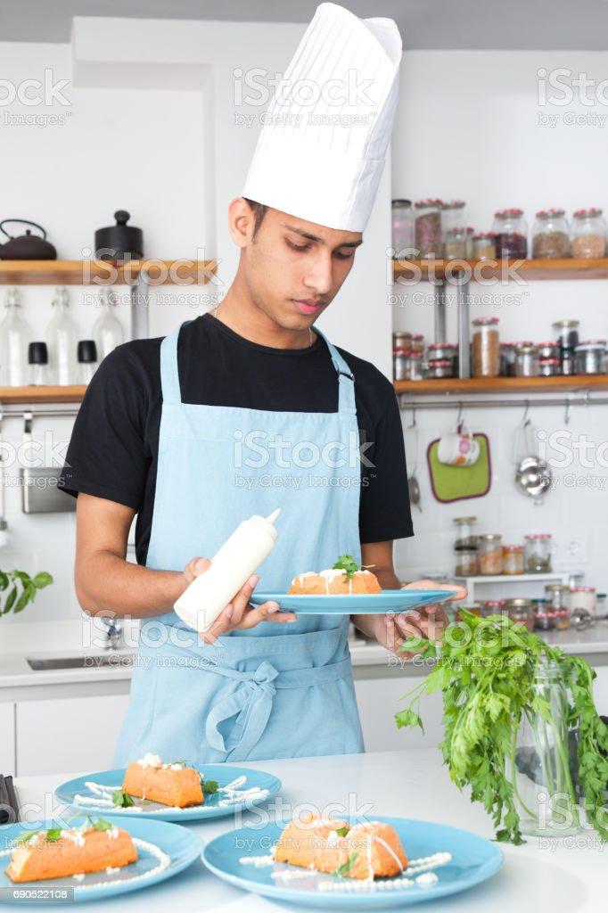 India Chef Cocinando En Una Cocina Moderna - Fotografía de stock y ...