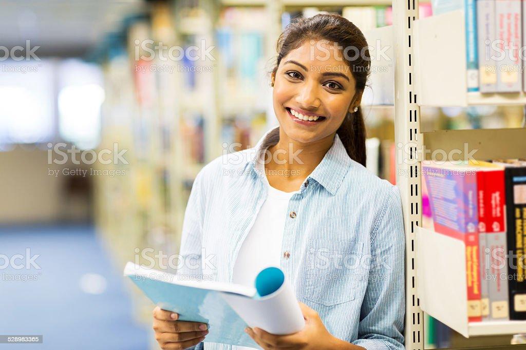 indian college fille lire un livre dans la bibliothèque - Photo