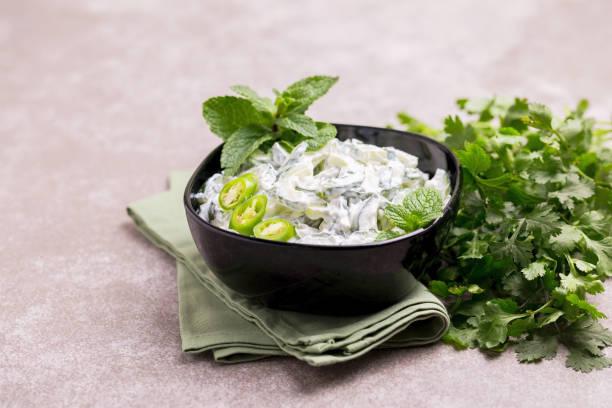 Indische Gurken Raita mit Joghurt, Minze, Koriander. Griechischer Tzatziki sauce – Foto