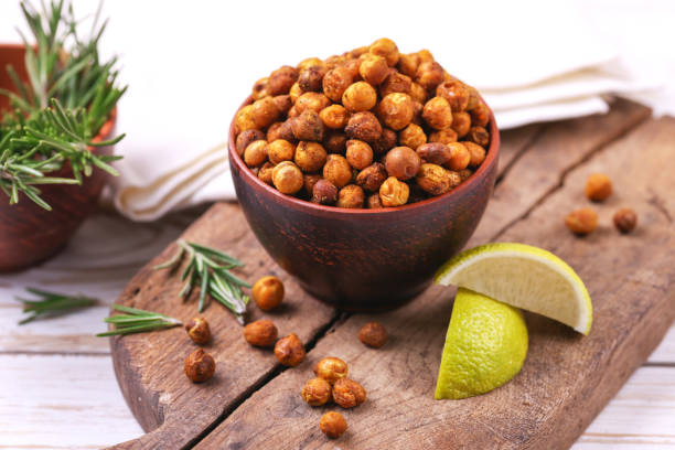 indian cuisine. roasted chickpeas with lime and rosemary - prażony zdjęcia i obrazy z banku zdjęć