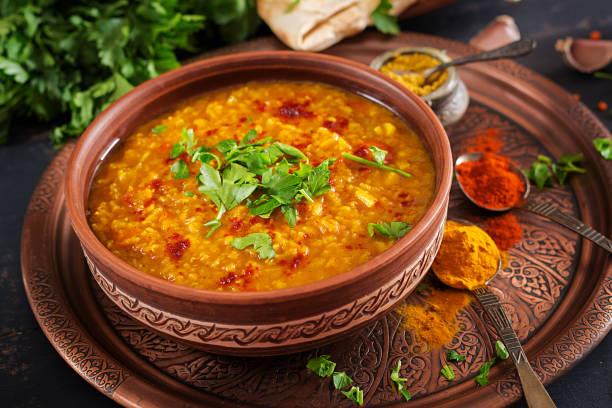 Indische dal. Traditionelle indische Suppe Linsen.  Würzige indische Dhal curry in Schüssel, Gewürze, Kräuter, rustikale schwarzem Holz. Authentische indische Küche. Overhead – Foto