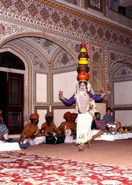 indische tänzerin im samode palast, indien. - bands der 90er stock-fotos und bilder