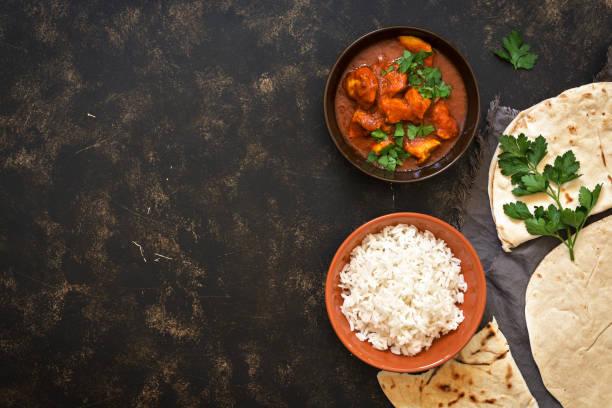 indisches gericht chicken tikka masala mit reis. ansicht von oben, raum zu kopieren. - curry reis stock-fotos und bilder