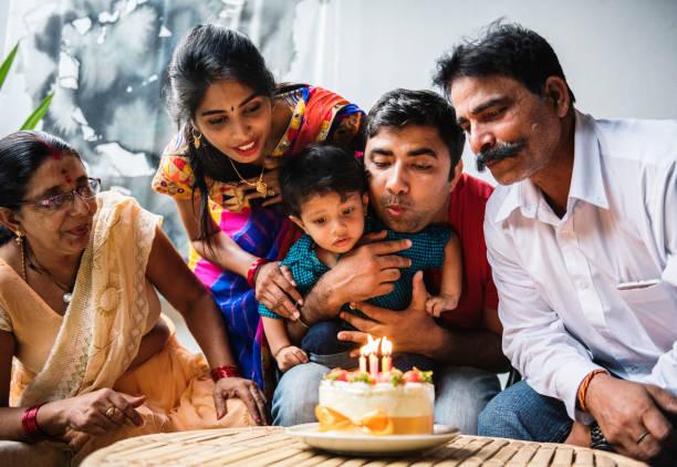 indische familie feiert eine geburtstagsparty - indische kultur stock-fotos und bilder