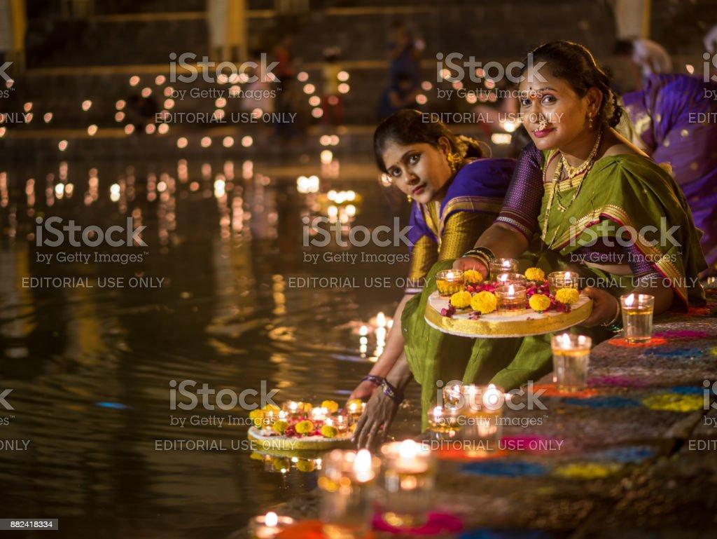 Fêmeas indianas em traje tradicional maharashtrian - foto de acervo