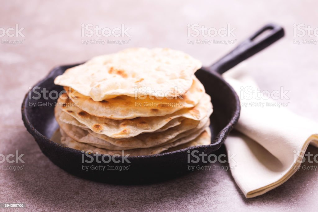 Indisches Fladenbrot Chapati, grüne Zwiebel. – Foto