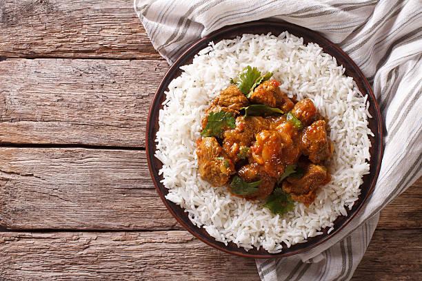 comida indiana: carne de madras com arroz basmati. vista superior horizontal - caril - fotografias e filmes do acervo