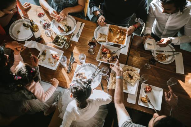 famille et amis indiens partagent repas traditionnel - diner entre amis photos et images de collection