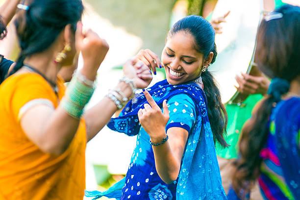 indian amici danza del ventre - induismo foto e immagini stock