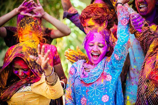 indian przyjaciele taniec pokryta z holi kolorowe w proszku w indiach - atmosfera wydarzenia zdjęcia i obrazy z banku zdjęć