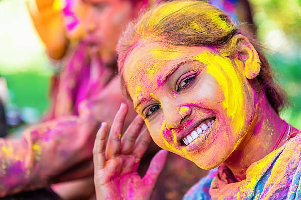 indische mädchen holi festival feiern in jaipur - indische gesichtsfarben stock-fotos und bilder