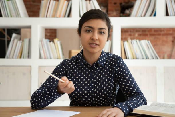 indisk flicka prata med kamera skytte online tutorial - video call bildbanksfoton och bilder