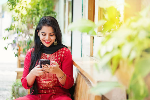 indian girl with phone - popolazione indiana foto e immagini stock
