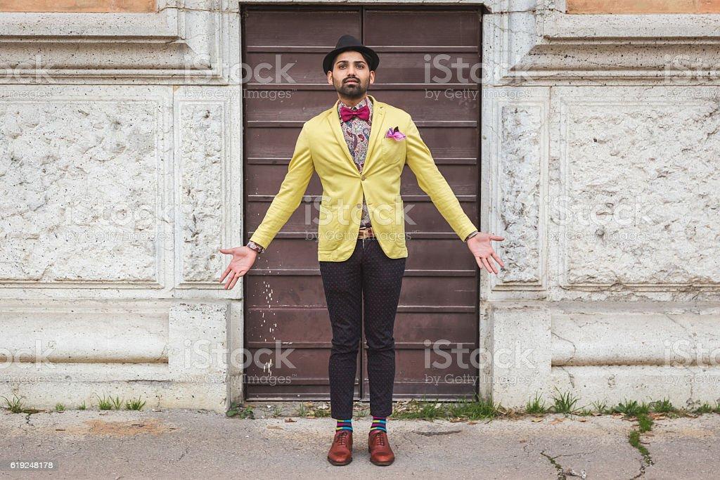 Indische gut aussehender Mann posieren in einem urbanen Kontext – Foto