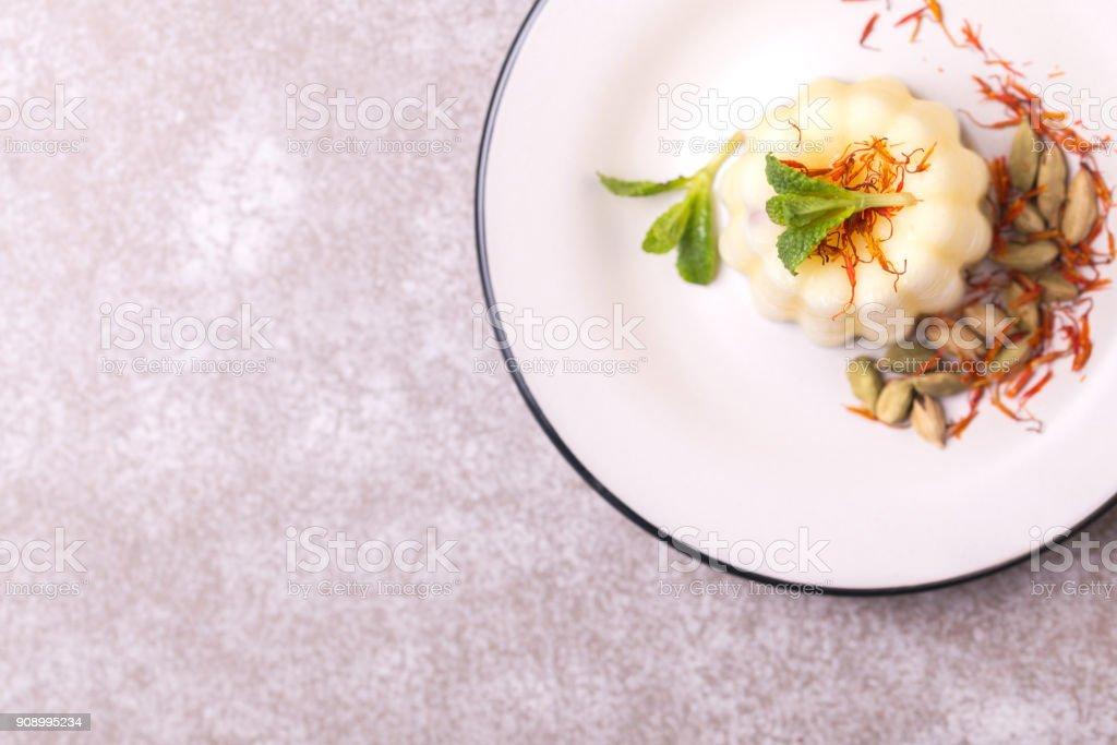Indisches Kulfi Dessert, Eis mit Safron, Minze, Muttern – Foto