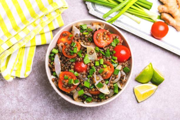 Indischer Linsensalat mit Gemüse. Gesunde Ernährung, vegetarische und vegane – Foto