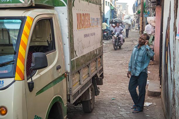 indischer mann am telefon - größte städte der welt stock-fotos und bilder