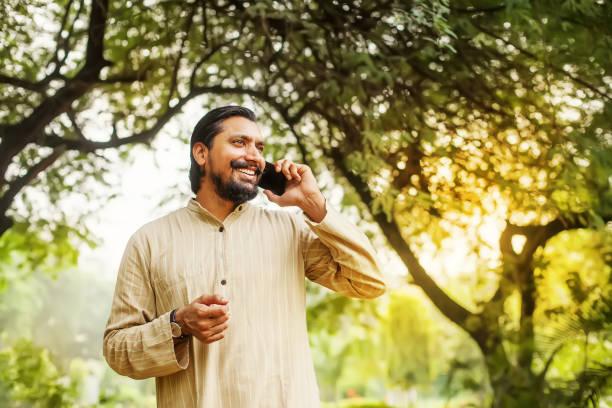 indischer Mann am Telefon – Foto