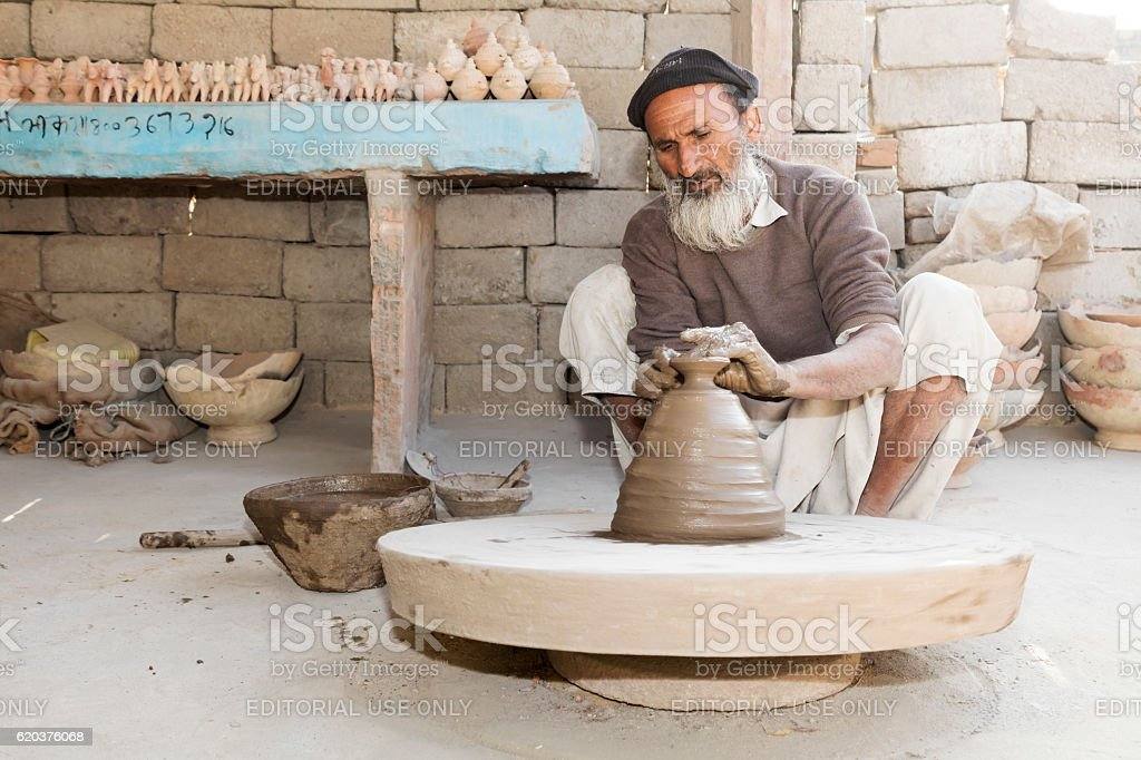 Indian man working at potter's wheel, Rajasthan, India foto de stock royalty-free