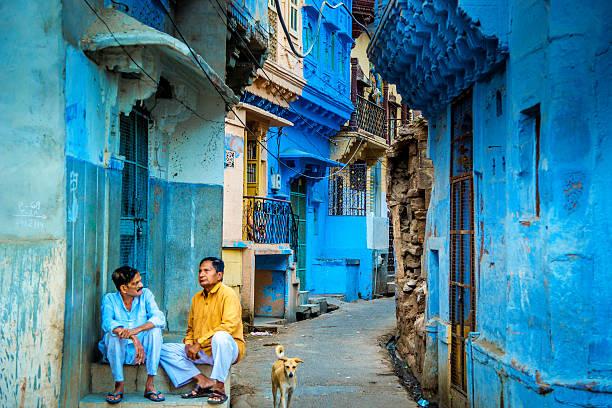 Indische Männer sprechen außerhalb Ihres Hauses auf der Straße – Foto