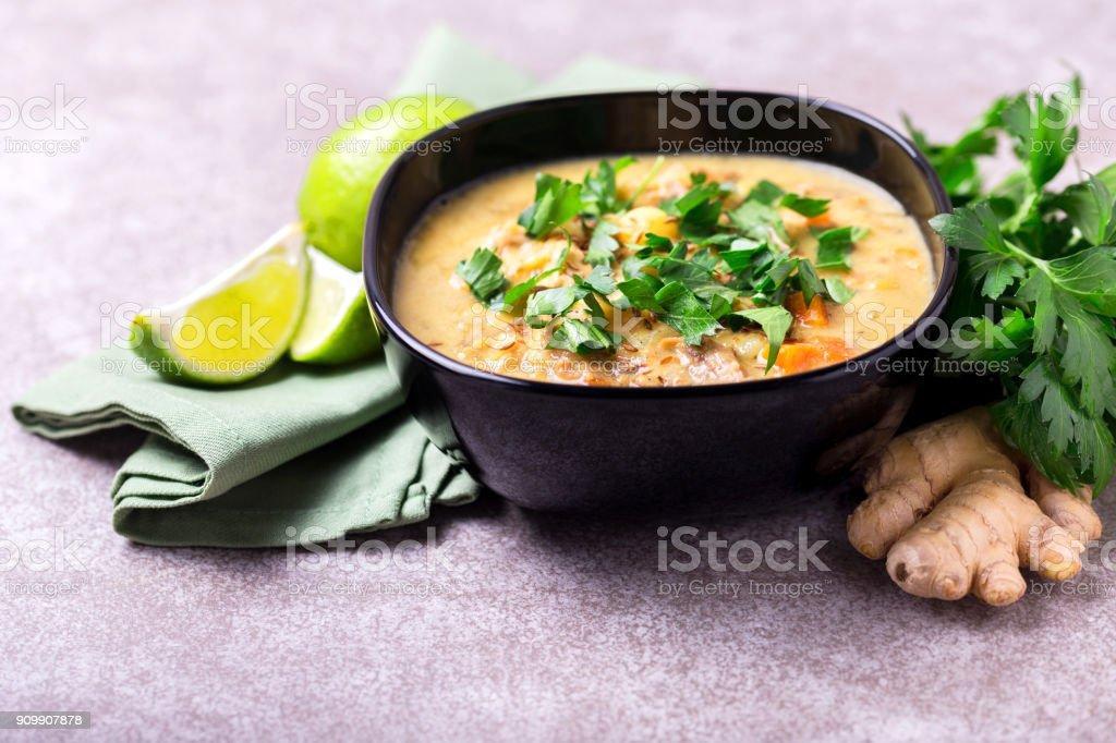 Indische Mulligatawny-Suppe mit Linsen, Petersilie. Exemplar, horizontale Ansicht. – Foto