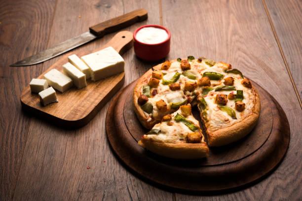 Indischen Paneer Pizza mit frischen Quark Würfel und weißer Soße – Foto
