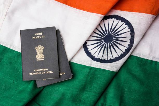 indischen Reisepass und authentische indische Trikolore bestehend aus Khadi oder reiner Baumwollmaterial – Foto