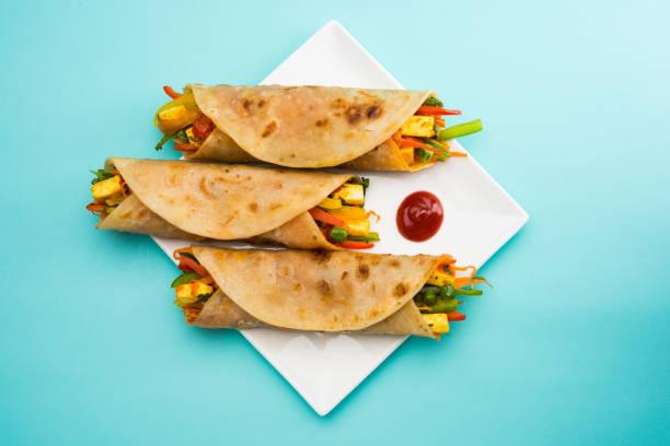 Indische beliebter Snack Essen als Gemüse Frühlingsrollen oder Gemüse Rollen oder Gemüse franky gemacht mit Paneer oder Quark und Gemüse eingewickelt in Paratha/Chapati/Roti mit Tomatenketchup. – Foto