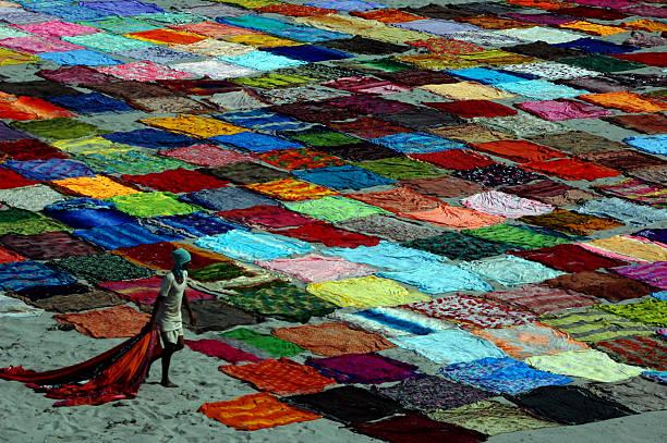 indische saris trocknen am flussufer in agra. - patchworkstoffe stock-fotos und bilder