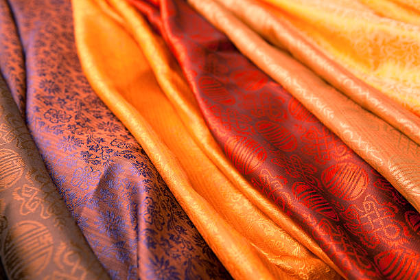 indian scarves in many colors for display - i̇pek stok fotoğraflar ve resimler