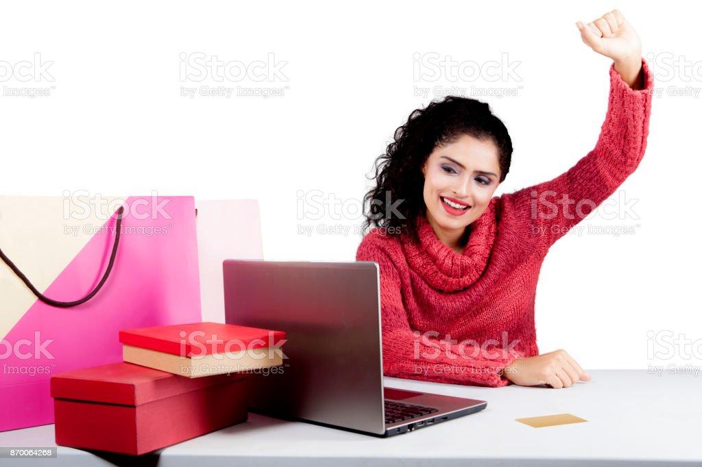 24a0ce95211c39 Indische Shopper Sieht Glücklich Mit Onlineshopping Stockfoto und ...